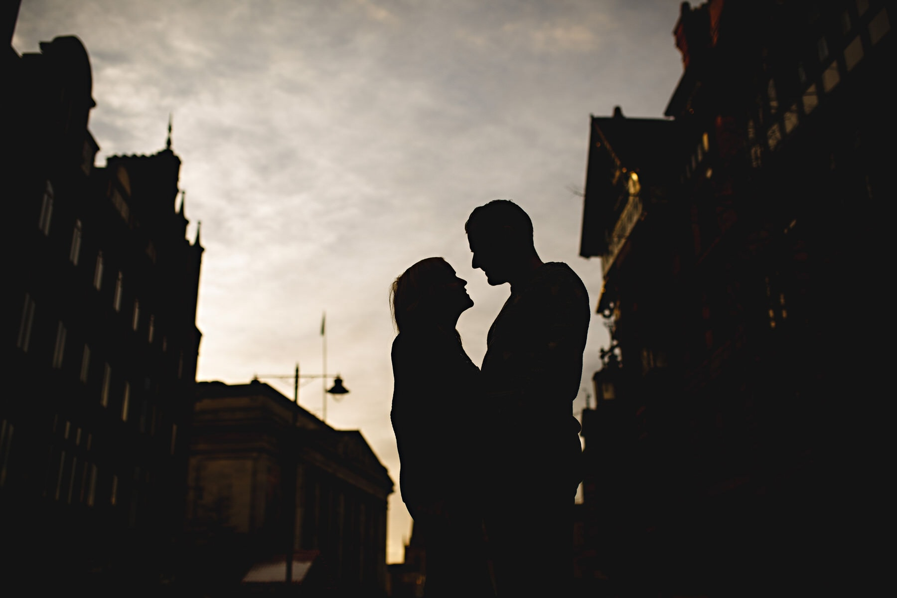 A silhouette of a couple togehter in the city